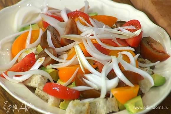 Хлеб выложить в салатницу, сбрызнуть 2 ст. ложками оливкового масла, бальзамическим уксусом, посолить и посыпать каперсами, сверху разложить авокадо, дольки помидоров и замаринованный лук.