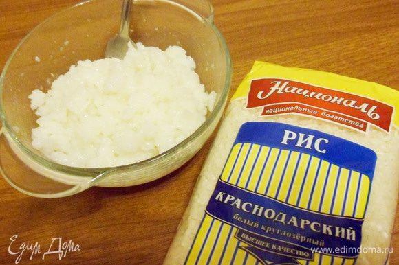Переложить рис в миску. Рис для суши не должен быть рассыпчатым, но и не должен слипаться комками.
