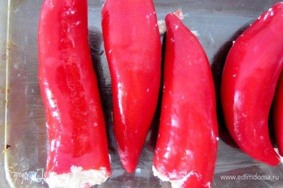 Начинить перцы начинкой. Духовку разогреть до 200°С. Выложить фаршированный перец на противень в один ряд, сбрызнуть оливковым маслом и запекать в течение 20-30 минут.