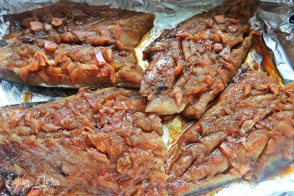 Застелить форму фольгой и выложить филе рыбы, полить сверху остатки соуса. Запекать 15-20 минут при 180°С.