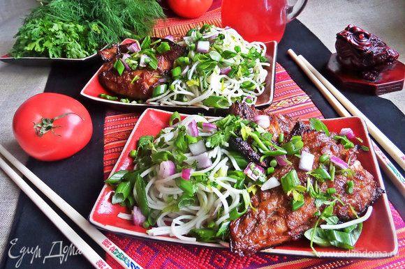 Разделить по порциям вермишель с зеленью.