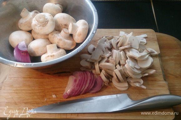 Нарезаем грибы и лук.