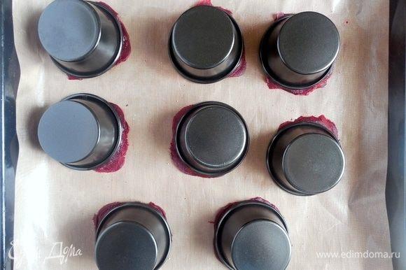 Чтобы при выпечке свекольные слайсы не загнулись кверху, их нужно прижать перевернутыми формочками для маффинов. В таком виде нужно запекать равиоли в течение 15 минут.