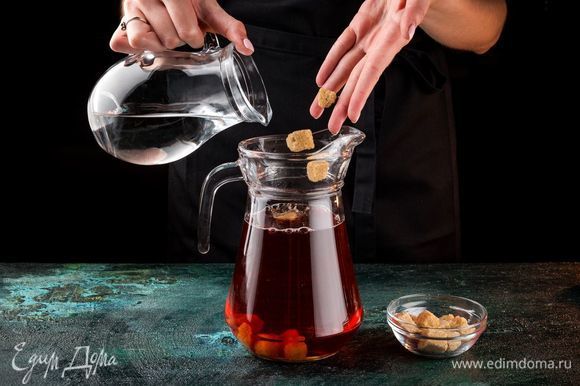 Добавьте по вкусу коричневый сахар и долейте минеральной воды.