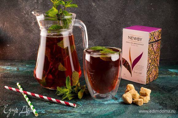Для особого аромата положите в кувшин листочки мяты, а для большей прохлады — кубики льда. Яркий летний напиток готов!