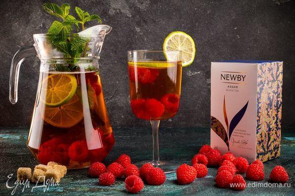 Украсьте освежающий напиток листиками мяты.