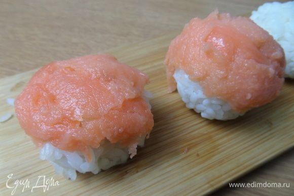 Первый вариант подачи: сделать ямку и вложить кусочек рыбки или креветку, но тогда внешне это будет просто рисовый шарик. Решала взять подачу: рыбка сверху.