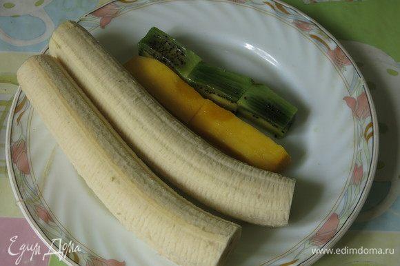 Нарезаем фрукты. Бананы надо выбирать не очень спелые, длинные и прямые. Готовила дважды, в первый раз намучилась с этим фруктом, слишком спелый банан ломался. Бананы поливаем соком лимона.