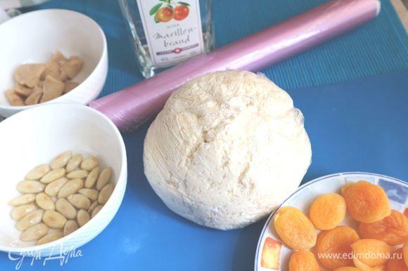 Завернуть тесто в пищевую пленку и оставить на 10 минут, потом минут на 20 убрать в холодильник. Когда вы начнете работать с тестом, то сможете заметить, какое оно нежное.