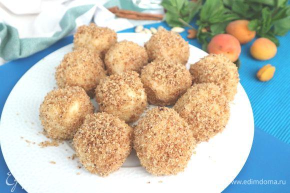 Приготовить клецки для сервировки с остальными крошками со сковороды, можно посыпать сахарной пудрой.