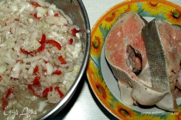 Достать из холодильника рыбу. Дать постоять минут 15 при комнатной температуре. Достать рыбу из маринада, очистить от лука и перца.