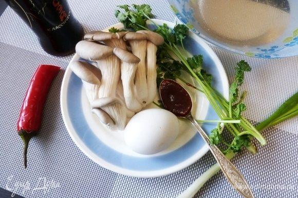 Подготовим продукты для супа «Тамаго тодзи». Кинзу и лук помыть, стряхнуть влагу. Яйцо я тоже мою. Заранее сварить куриный бульон.