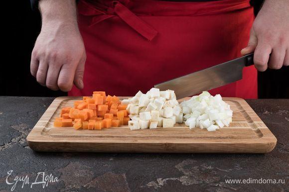 Очистите лук, морковь и сельдерей. Нарежьте кубиками.