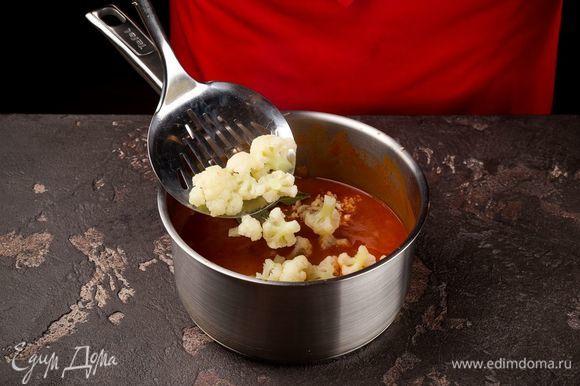Когда суп закипит, добавьте измельченный чеснок, капусту и специи.
