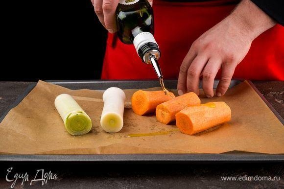 Морковь и лук и промыть, обсушить, нарезать на части и выложить на противень. Сверху сбрызнуть оливковым маслом и запечь до готовности при 200°С.