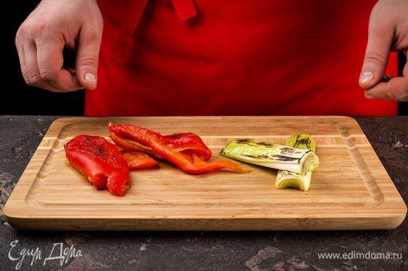 Достаньте овощи и снимите кожицу с перцев. Удалите из перцев семена.