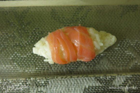 Кладем на него кусочек рыбы, можно использовать тонкие полоски.