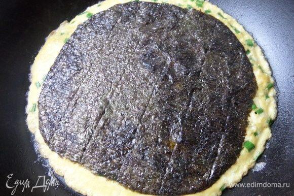 Накрыть нори омлет прямо на сковороде.