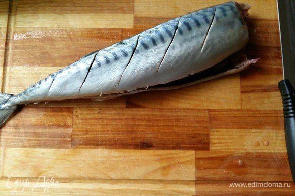 На каждой рыбке сделаем надрезы, штук 4-5.
