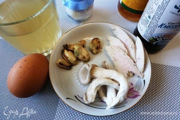 Подготовим продукты. Рыбный бульон сварим заранее. Для наполнения тяванмуси японцы берут кусочек курицы, грибы и креветки. Креветок у меня, к сожалению, не было и я взяла мидии. Курица у меня была вареная. И только грибы я приготовила по рецепту. В оригинальном рецепте кусочки курицы, грибы и креветки по отдельности нужно залить кипятком и оставить на 1 минуту.