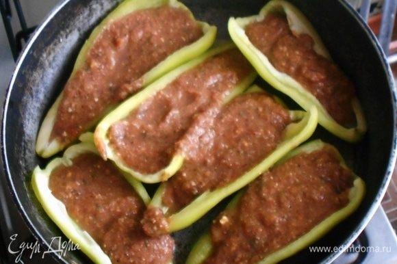 Режем 6 перцев пополам удаляем хвостики и семена и заливаем смесью на сотейнике или противне для духовки.