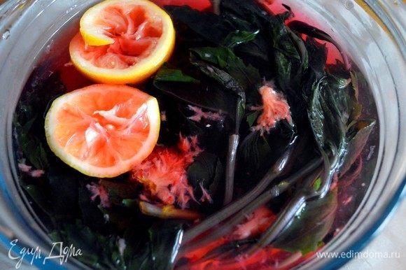 Добавить в воду с базиликом лимонный сок, клубнику и сахар, очень тщательно вымешать. Оставить на 10 минут. А вот и фокус: напиток сменит цвет с фиолетово-чернильного на малиново-розовый цвет!