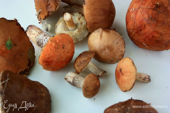 Понадобится смесь свежих лесных грибов, например, лисички, белые грибы, подберезовики.