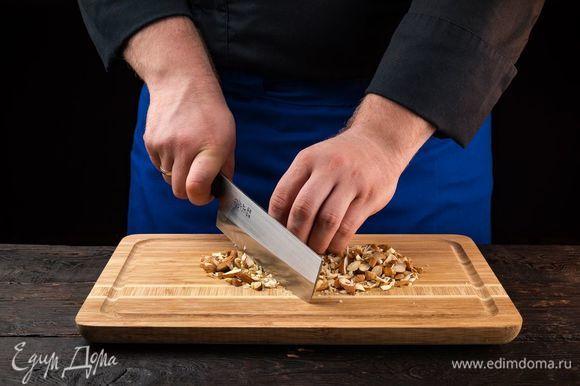 Измельчите орехи.