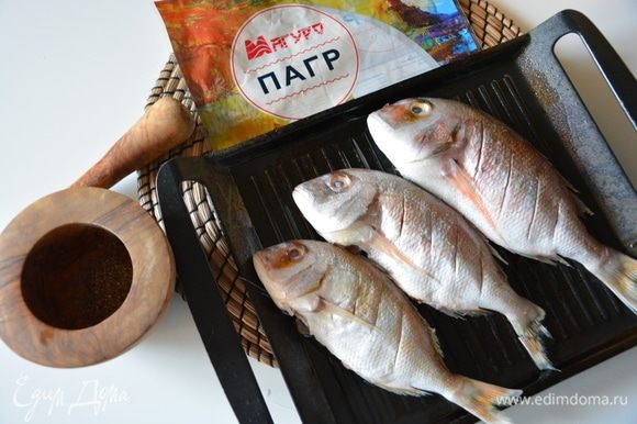 Посолить и поперчить со всех сторон. Я всегда использую свежемолотый перец, он ароматнее. Влить растительное масло на сковороду-гриль и равномерно распределить. Выложить рыбу на сковороду.