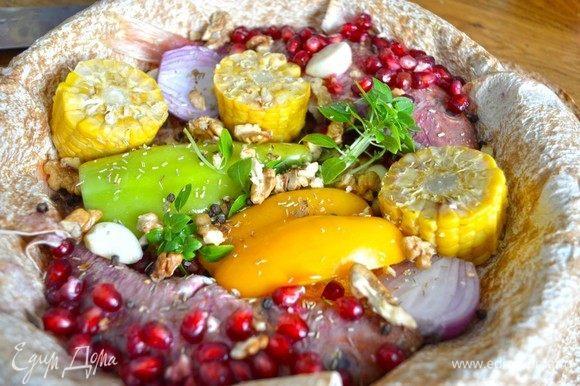 Красиво разложить овощи и базилик, рыбку, укрывая ее зернами граната. Посыпать перцем, орехом, розмарином, разложить веточки ароматного базилика. Соль не требуется.