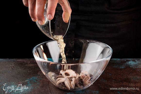 Положите в маринад отваренных мини-осьминогов, накройте емкость пленкой и поставьте в холодильник на 2 часа мариноваться.