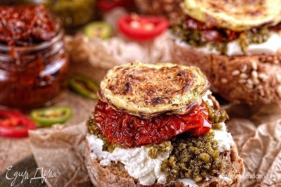 Можно использовать как яркий компонент для брускетт. На фото брускетта с творожным сыром, песто, вялеными томатами и запеченными кабачками.