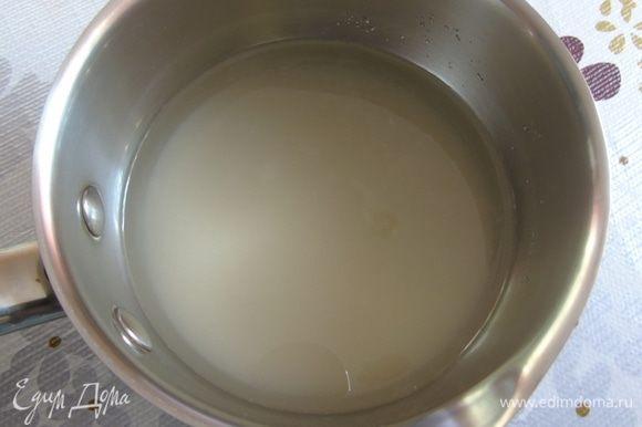 Сварим сироп: наливаем в сотейник воду, добавляем сахар и ванильный сахар. Нагреваем до растворения сахара (как только закипит, сразу выключаем).