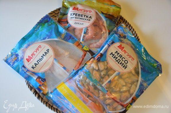 Разморозить морепродукты. Креветки берем дикие аргентинские. Кальмары и креветки у меня остались после супа с морепродуктами, поэтому количество указано в штуках.