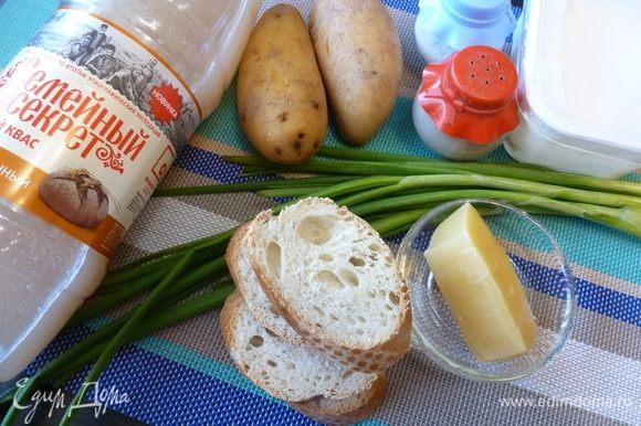 Подготовим продукты для окрошки по-польски. Картофель сварим. Лук помоем. Белый хлеб (батон, багет и т.д.) лучше взять черствый.