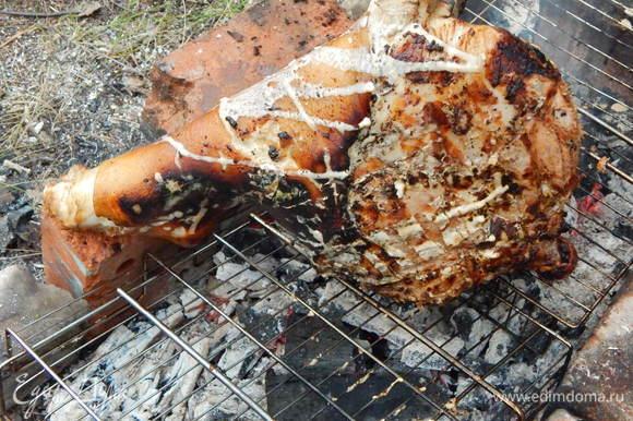 Периодически поливая мясо оставшимся маринадом.