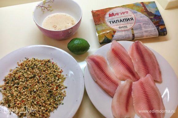 Разбейте яйца в отдельную плошку, добавьте рыбного соуса и слегка взбейте вилкой или венчиком. По одной обмакните размороженные тушки тилапии ТМ «Магуро». Затем обваляйте филе в панировке из орехов, стараясь сделать корочку с одной стороны. Не бойтесь придавливать орехи к рыбе, она упругая и не развалится.