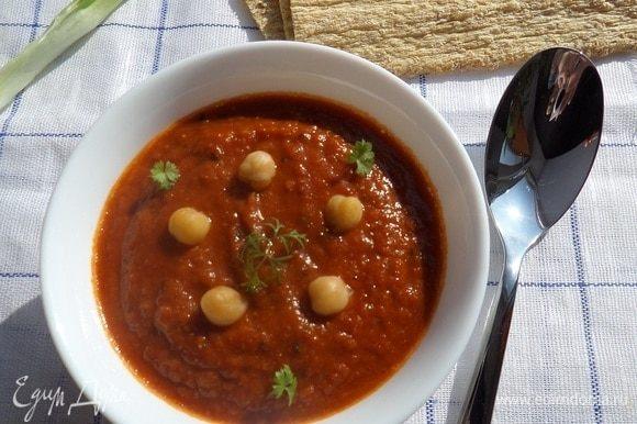 Подаем суп, добавив зелень и горошины отварного нута.
