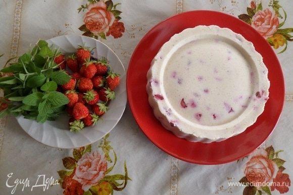 Вынимаем десерт из формы на тарелку.