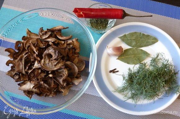 Подготовим продукты для ароматного порошка. У меня грибы уже сухие, с прошлого года. Здесь моховики, подосиновики, немного белых. Для новых грибов еще рановато, по крайней мере у нас на Севере. Петрушка и укроп тоже сухие, сушила все сама :) Для сушки грибов и зелени сушилка Ezidri — просто идеальная помощница!