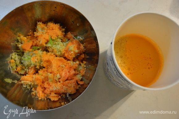 Мой блендер старый и не очень мощный, поэтому я отдельно выжала сок моркови и сельдерея, чтобы блендер смог измельчить зелень в однородную массу. Если у вас есть мощный блендер, то сок выжимать не нужно, т.е. все овощи и зелень измельчаете в нем.