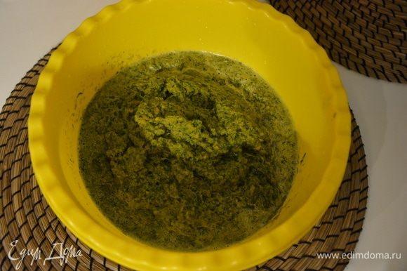 Измельчить зелень в однородную массу. Я измельчала по частям, добавляя морковный сок.