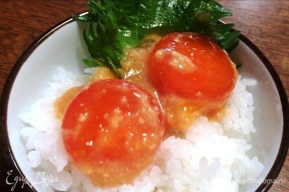 Через два дня желтки приобретают тугую желеобразную структуру. Вкус достаточно необычный. В Китае такие желтки подают с рисом. Используют в супы или просто намазывают на хлеб. Я добавила в овощной салат.