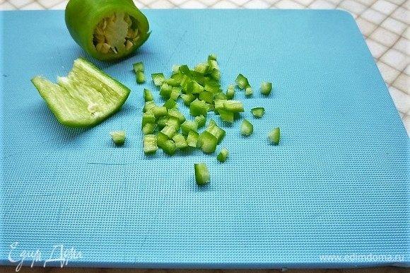 Перец чили (1/2 перчика) моем, удаляем семена и мелко нарезаем.