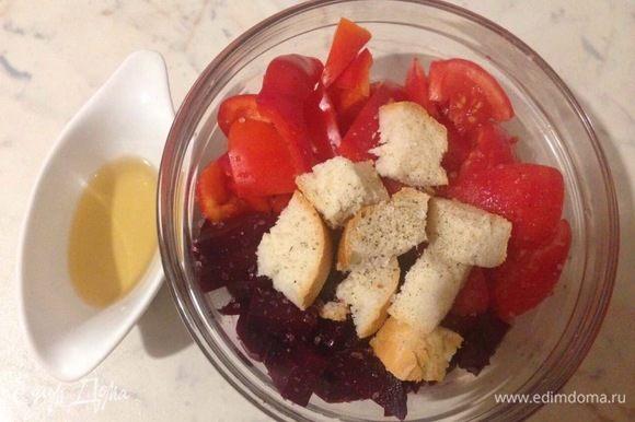 Подготовленные овощи сложить в глубокую миску, добавить хлебный мякиш, приправить солью и перцем, влить винный уксус. Миску затянуть пленкой и оставить мариноваться в холодильнике на 2 часа.