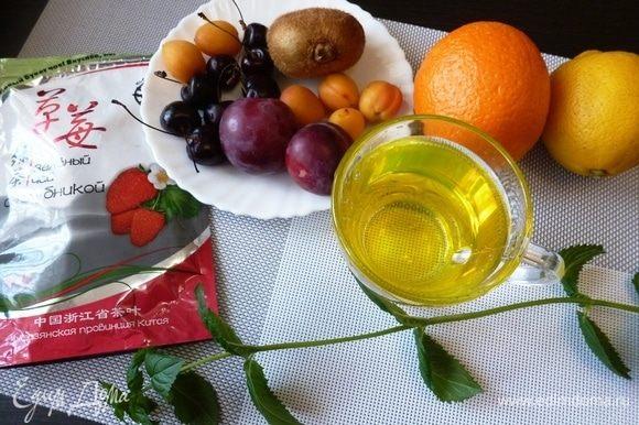Подготовим продукты для напитка. Фрукты, ягоды и мяту помоем. Основа в безалкогольной Сангрии — чай, а с остальным можно разгуляться! Яблоки и груши, виноград и сливы, мята, чабрец или синий базилик — все сгодится!