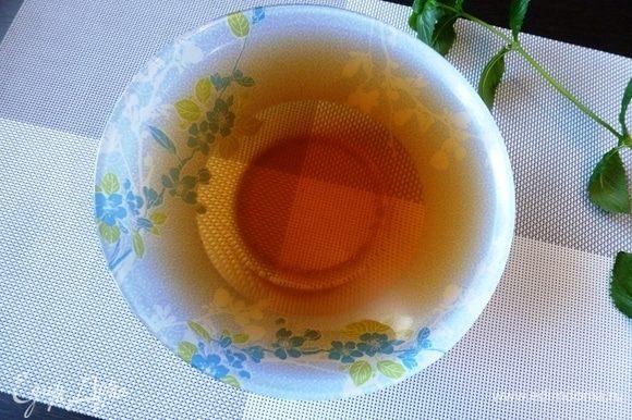Заварим зеленый чай. У меня зеленый чай с клубникой. Через 7 минут процедить и охладить.