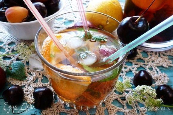 Вкусный, ароматный и освежающий безалкогольный напиток готов! В каждый бокал добавьте лед, листики мяты, свежие колечки апельсина и лимона. Зовите детей и взрослых! И про себя не забудьте! :)