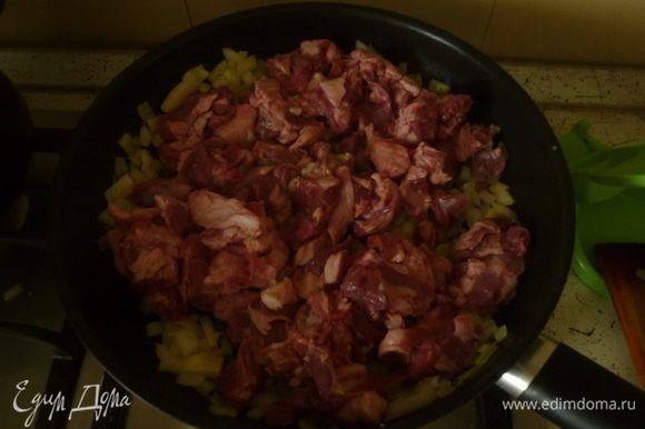 Баранину нарезать небольшими кусочками, выложить в сковороду, подрумянить со всех сторон. Посолить, добавить специи.