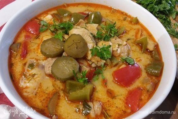 Очень вкусно подать суп со свежей зеленью.